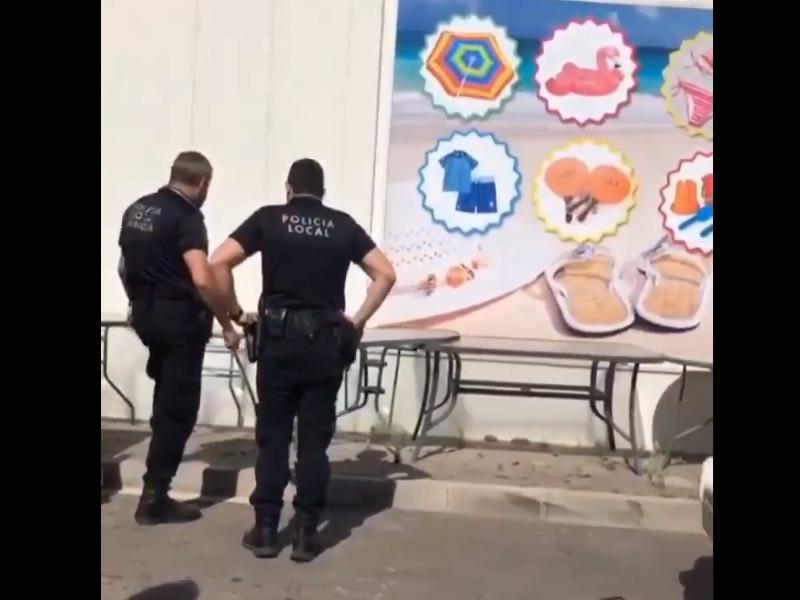 La Policía Local de Orihuela retira una serpiente cerca de un establecimiento comercial