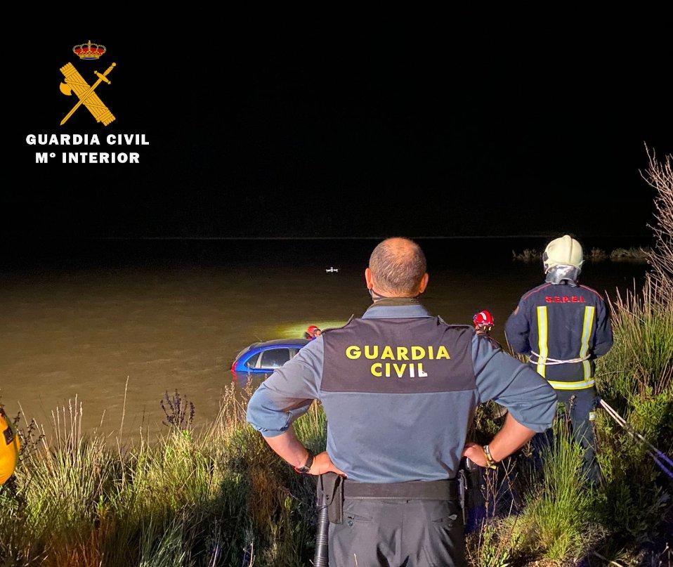 Rescatado un conductor tras caer en el pantano de Almansa