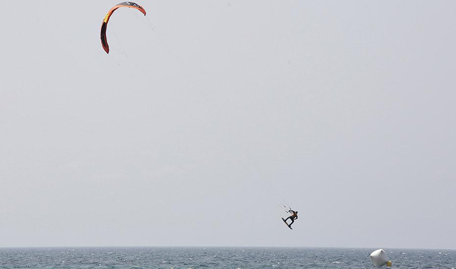 Rescatados en buen estado dos kitesurfistas en la playa del Saladillo en Estepona
