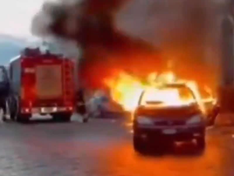 Vídeo: Un coche en llamas se marcha del lugar tras la llegada de los bomberos