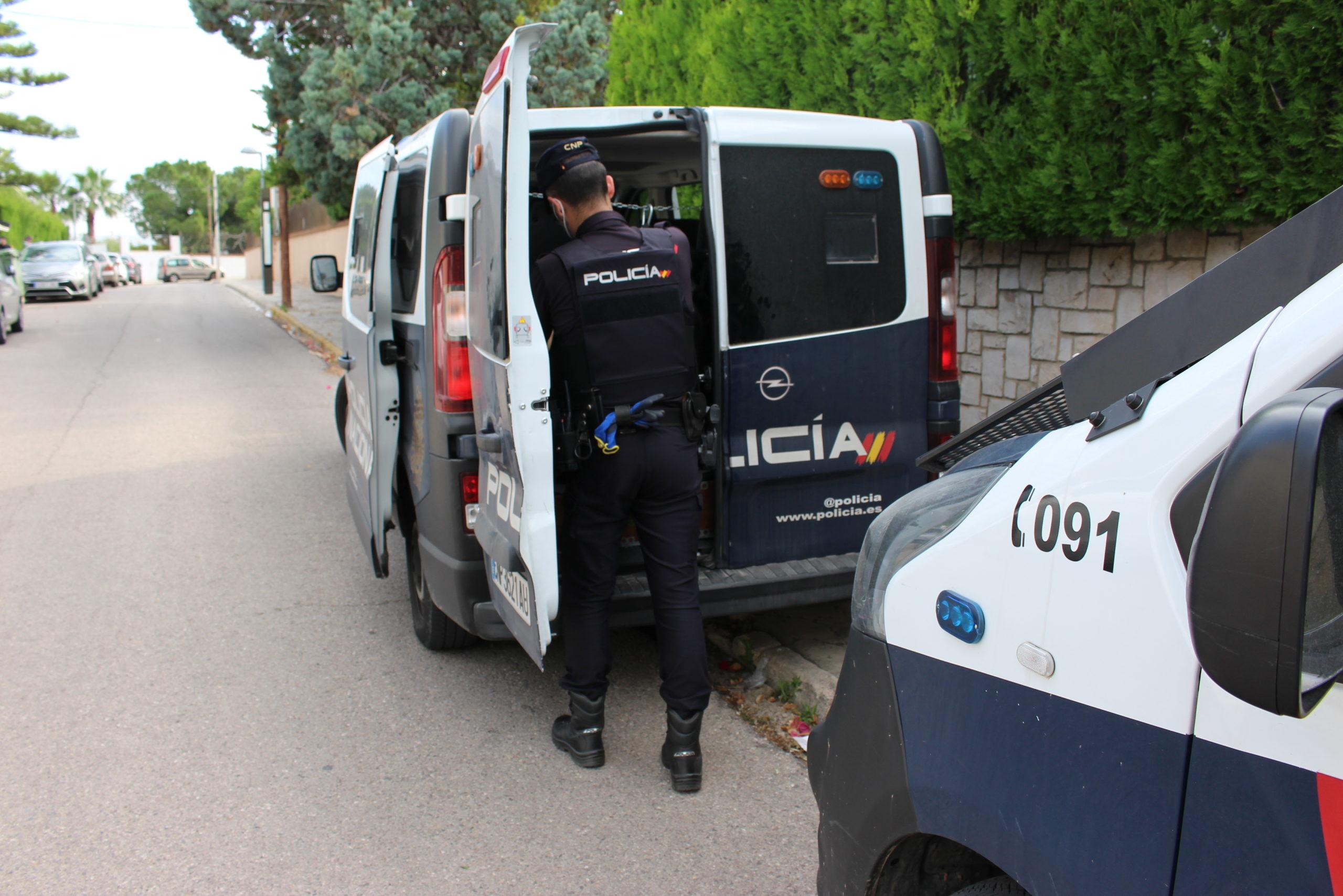 Un hombre amenaza con una escopeta a un taxista
