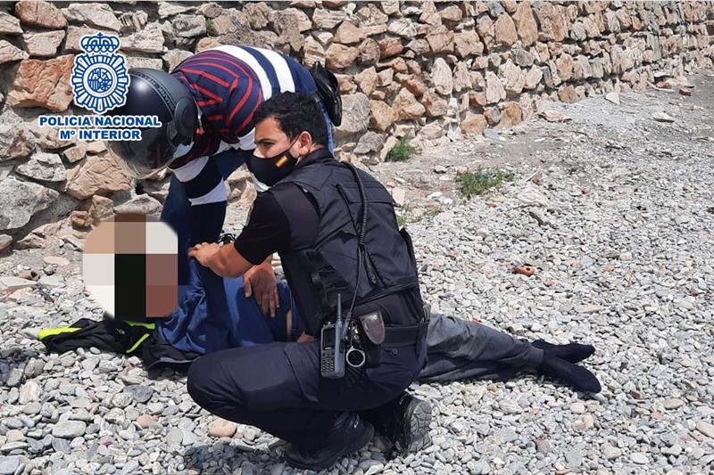 Una patrulla de la Policía Nacional salva la vida a un joven inmigrante marroquí que intentaba ahorcarse en Ceuta