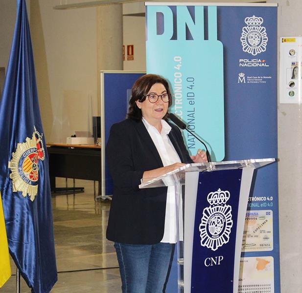 Luisa Martínez, la Inspectora Jefa Miralles de la serie Servir y Proteger, ha sido la primera persona en recibir el nuevo DNI