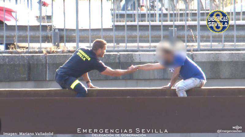 Un bombero de Sevilla salva la vida de un hombre con el uso de la palabra y la comunicación no verbal