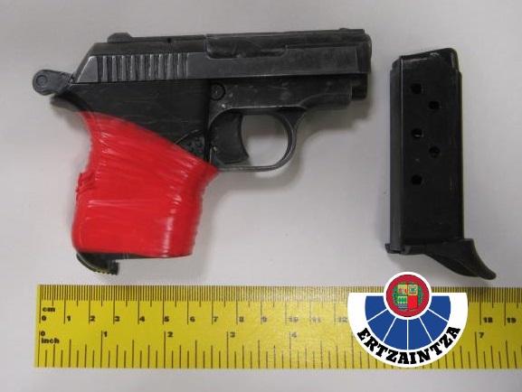 Detenido por tenencia ilícita de armas cuando circulaba con una pistola en la guantera de su coche