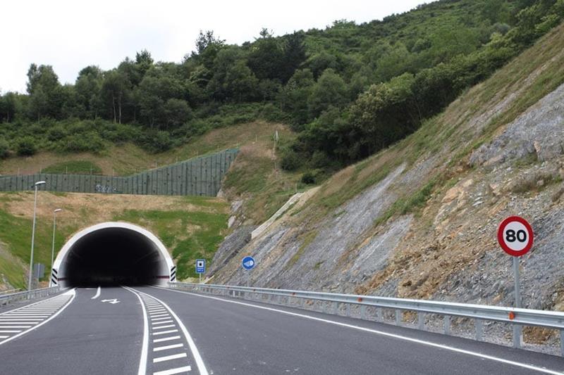 La Ertzaintza solicita testigos de un accidente de tráfico ocurrido anoche en el túnel de la N-634 en la variante de Eibar