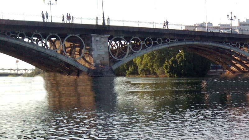 Aparece el cuerpo sin vida de un hombre precipitado al río Guadalquivir en Sevilla