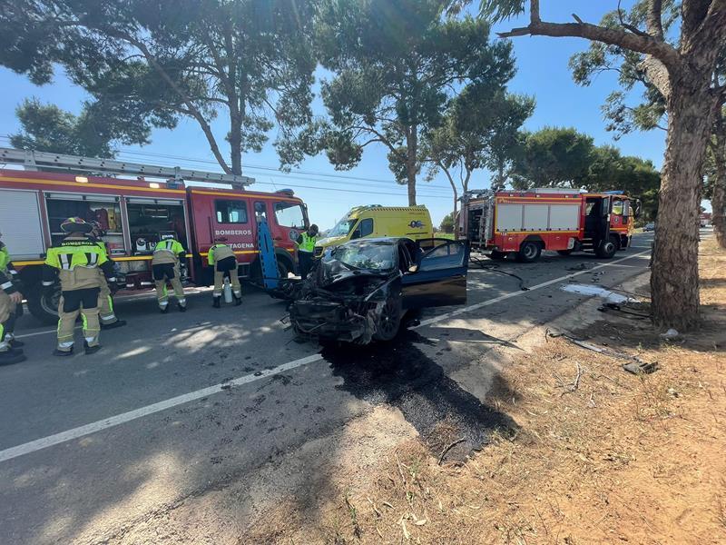 Rescatado el ocupante de un coche tras chocar contra un árbol en una carretera de Cartagena
