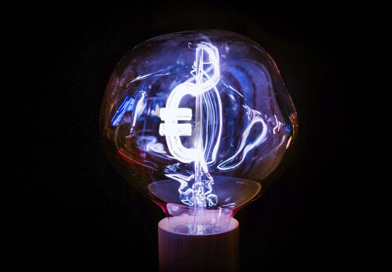 Casi 28 euros de subida interanual en la factura eléctrica del usuario medio en la primera mitad de junio
