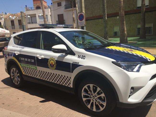 Dos policías locales de Alcàsser ayudan a una mujer que se puso de parto en su casa