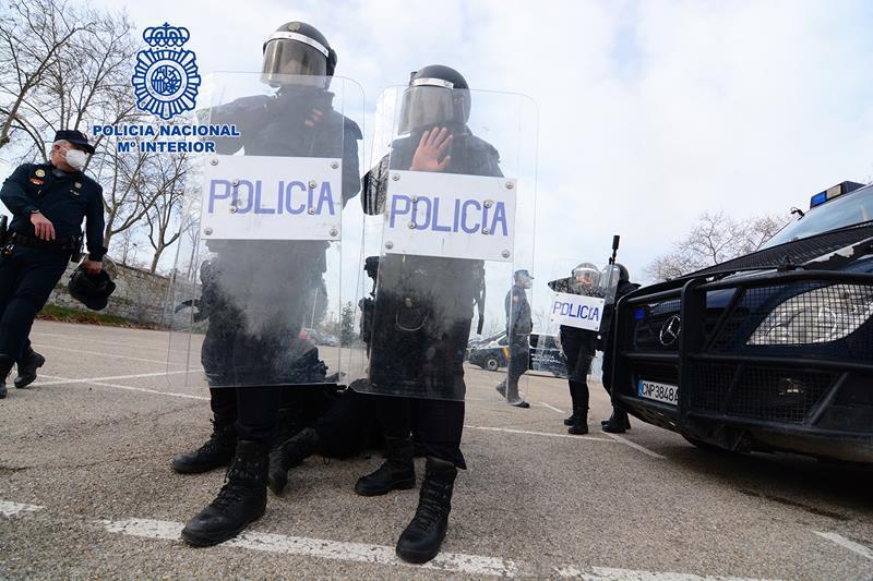 La Policía Nacional realiza un simulacro de motín en un barco arribado en el Puerto de Bilbao