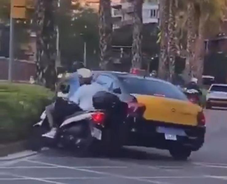Identificado el conductor del taxi que protagonizó el incidente vial con una moto en Barcelona