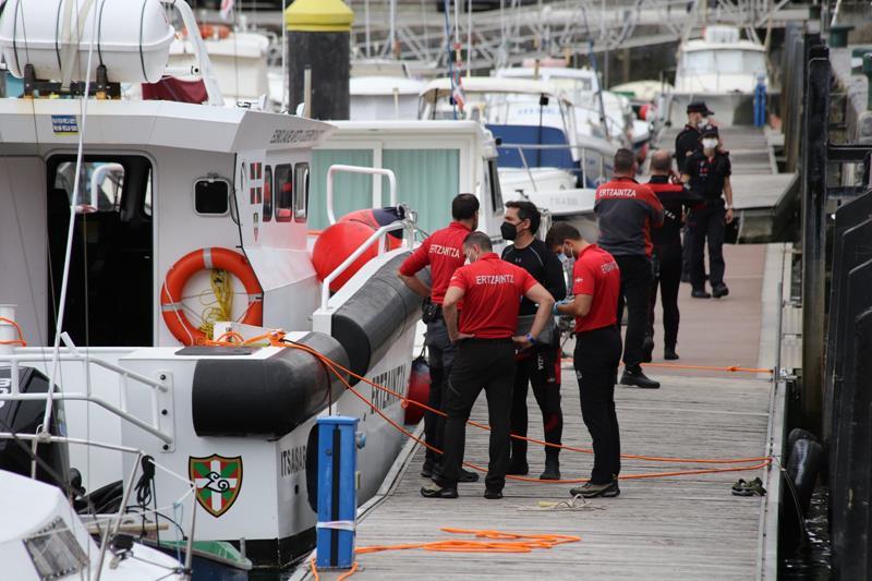 Trasladados al hospital los dos buzos de la Ertzaintza que han localizado y rescatado el cuerpo sin vida del submarinista desaparecido en Lekeitio