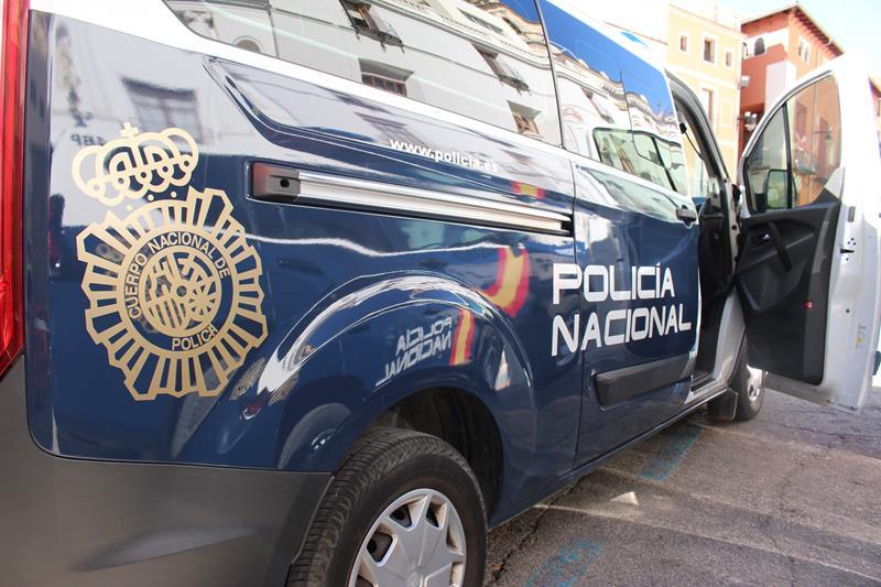 Un Policía Nacional evita que un joven salte por la ventana del salón de su domicilio