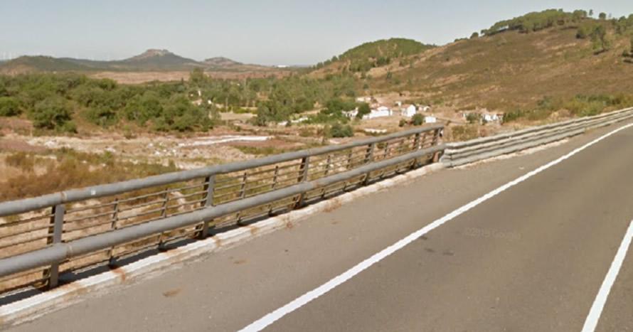 Una mujer fallece al caer su vehículo por un puente en la carretera A-495 en Alosno (Huelva)