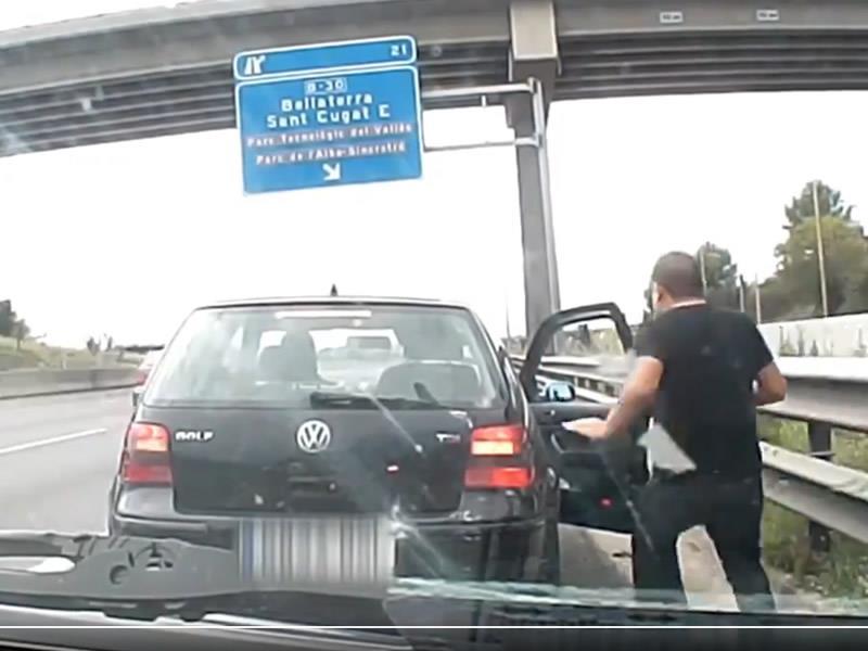 Simulan tener una avería y acaban robando al coche que para a ayudarles
